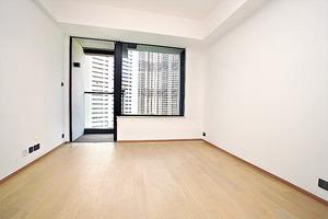 (1座中層A01室)客飯廳鋪設木地板,梗窗設計大大加強室內採光。(本刊攝影組)