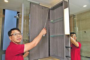 詹氏提醒,浴室鏡櫃加裝繩索有助防撞,惟繩索容易鬆脫需多留意。(本刊攝影組)