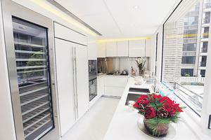 廚房採用白色廚櫃,一般煮食爐具齊備,並且有充足的工作枱面。(本刊攝影組)