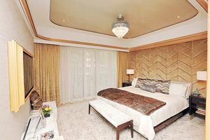 主人套房以金色為主,面積約400平方呎,空間寬敞。(本刊攝影組)