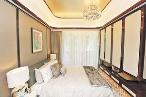 單位主人套房內置白色衣櫃,配上深啡色的木框,產生深淺對比。(本刊攝影組)