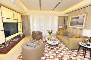 客廳擺放幾何圖形地氈,可發光的電視牆別具特色。(本刊攝影組)