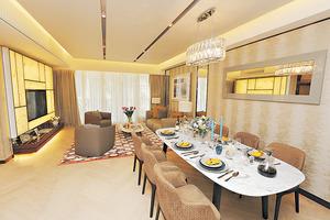 【嘉道理道115號1樓】日字形客飯廳布置摩登時尚,以大地色為主調。(本刊攝影組)
