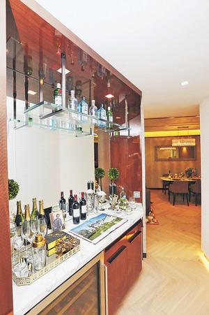 設計師善用空間,於走廊凹位設置雲石吧枱,放有酒櫃。(本刊攝影組)