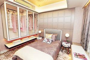 睡房面積寬敞,中置大床後仍可加設雙邊床頭燈。(本刊攝影組)