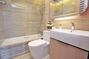 浴室以雲石鋪設牆身,同時備有浴缸,適合喜歡浸浴的人士。(本刊攝影組)