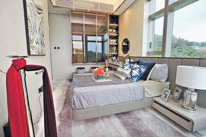 主人房空間寬敞,擺放大床之後仍然可以三邊落床,房內還設有衣櫃及化粧枱,供住戶梳粧更衣。(本刊攝影組)