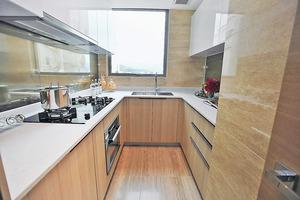 廚房採用U形工作台,方便方便處理食材。(本刊攝影組)