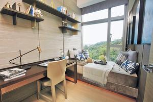其中一間睡房設計簡約實用,放置書枱供住客處理文書工作。(本刊攝影組)