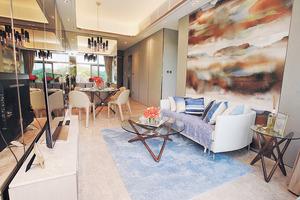 客飯廳利用鏡面增加空間感,而且能夠擺放梳化及4人餐枱。(本刊攝影組)