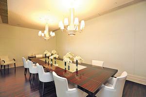 宴會廳備有長餐桌供多人用膳,方便住戶宴請親朋。(本刊攝影組)