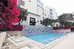 室外泳池長約14米,泳池旁有一幅不銹鋼魚兒雕塑牆,別具特色。(本刊攝影組)