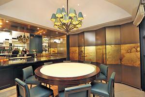 會所品酒室設計奢華,置中擺放8人圓形高桌。(本刊攝影組)