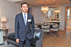 永泰地產發展執行董事兼銷售及市務總監鍾志霖昨日介紹澐瀚示範單位,斥資約千萬元營造南法風情。(程志遠攝)
