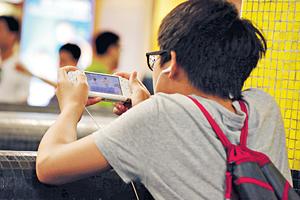 無論小朋友抑或成年人,玩電子遊戲時都應適可而止,以保障身體健康。(資料圖片)