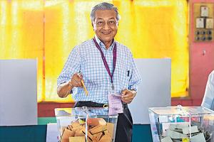 92歲的馬哈蒂爾率領的在野「希望聯盟」剛在馬來西亞大選勝出,只是一小步的變天,甚至或者不算是正式的政黨輪替。(法新社資料圖片)