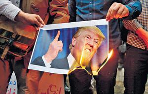 美國總統特朗普兌現競選承諾,退出伊朗核協議,恐打擊北約內部士氣,並損害中東和平進程。圖為伊朗示威者不滿特朗普的決定,焚燒其肖像。(法新社資料圖片)