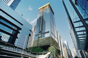 華懋軒尼詩道1號One Hennessy(中)預租情況理想,物業低層7層樓面合共8萬平方呎,獲共用工作空間預租。(梁偉榮攝)