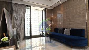 客廳位置放有藍色長形梳化,另一邊牆身則貼牆擺放長形電視櫃。