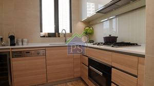 廚房以淺木色的廚櫃,配上白色工作枱面,煮食爐具齊備。