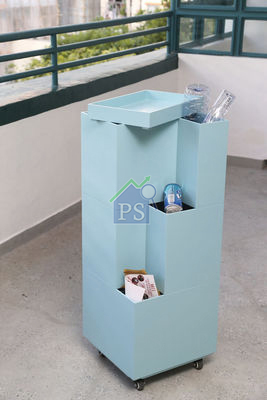 2)粉藍色活動及組合式回收箱,由三個箱及一個托盤疊成,每個箱均有開口位,方便我們將垃圾分類。另外,箱頂裝有托盤,以便放置物品。值得一提,底箱下裝有滑輪,有助推移不同的位置。售$2,500。(陳智良攝)