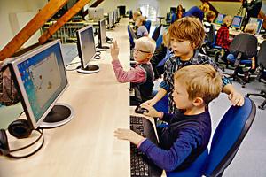 西方各國在培訓小朋友於IT發展上不遺餘力,有些國家為小學生教授簡易的程式編碼。(路透社資料圖片)