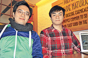 Kenneth(左)、Vincent(右)和其他IT人,甘願放棄公餘時間,編寫程式,希望喚起大眾對社會議題的關注。(宋知羲攝)