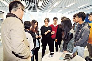 Belinda為HKDI園境建築高級文憑課程的同學舉行工作坊,分享公共空間設計經驗。(曾有為攝)