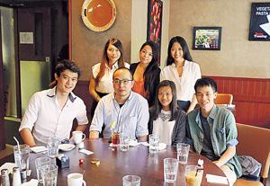 9GAG創辦人陳展程(前排左二)亦曾為Time Auction擔任導師,梁嘉寶(後排右一)及黃雪兒(後排右二)表示,從他身上了解到成功人士的思考方法。(受訪者提供)