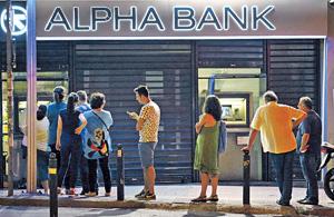 希臘若脫歐恢復使用舊貨幣德拉克馬,印貨幣期間銀行資金已用盡,政府只能發借條予國民。圖為雅典居民排隊使用櫃員機取鈔。(路透社資料圖片)