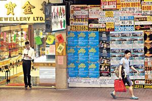 本港旅遊消費行業近來遇寒冬,若十一黃金周旅客持續下降的話,恐怕出現炒人關舖潮。(資料圖片)