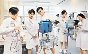 全球爆發護士荒,香港情況更嚴峻,醫管局及私家醫院積極培訓護士人手,單是醫管局11/12年度已計劃聘請1,500名護士。