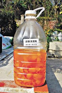 年桔回收後可製成廚餘清潔劑。材料包括3份果皮,1份黃糖和水。先將糖放進水,溶掉後倒進膠樽,放入果皮,不要塞滿,預留一些空間發酵,在陰涼地方放3個月即可用。(鳳園蝴蝶保育區提供)