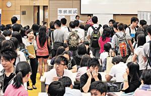 中學文憑試昨放榜,大批考生面臨升學與就業的抉擇,筆者寄語年輕人應考慮理想,勿以錢為先。(張永康攝)