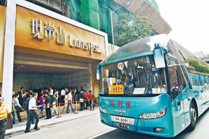 買家印花稅主要針對非香港永久性居民,或以公司名義置業的買家;圖為旅巴接內地客睇樓。(資料圖片)