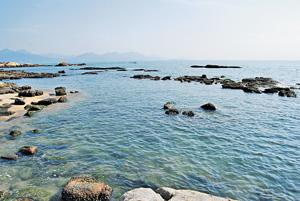 碧桂園‧十里銀灘前臨5公里長沙灘,住戶可隨時漫步其中。(相片由發展商提供)