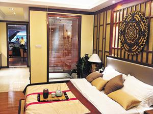 睡房布置簡約,採用大量木飾,自然時尚。(相片由發展商提供)