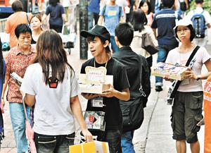 街頭義賣常見,倘港府可設立制度監管慈善團體帳目,捐獻者定對籌款活動更具信心。(資料圖片)