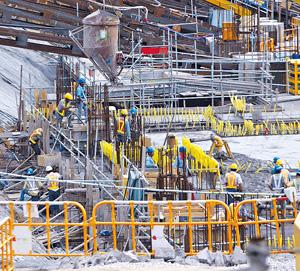 建造業總工會指今年政府基建支出累計逾千億元,加上私人工程,帶動人力需求,混凝土、模板及紮鐵等工種需求特別大。(資料圖片)
