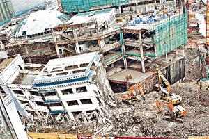 香港為四川賑災,但之後揭發工程甩漏,學校建好後轉頭已拆;圖為當日拆卸情形。(中新社資料圖片)