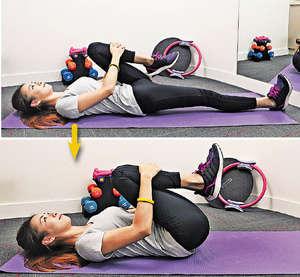【腰部伸展(抱膝)】建議:左、右及雙腳抱膝各以 30 秒為一組,重複 3 組。(陳智良攝)