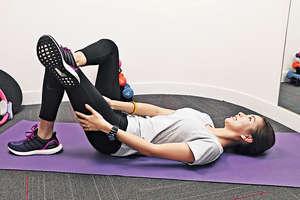 【臀部伸展】建議:平躺曲膝,提起一腳橫放另一腳膝部,上方的腳盡量打平放。動作維持 30 秒,重複 3 次,完成後轉腳再做。(陳智良攝)
