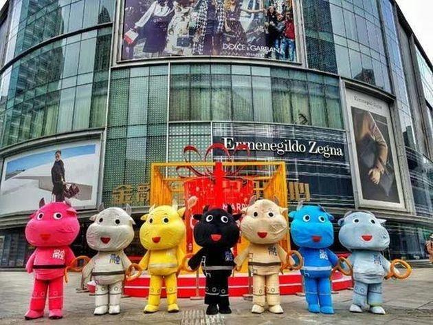 為了迎合股民的心理,金購中心擺出七彩卡通牛