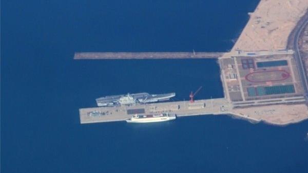 內地網站曝光一組某軍港航拍照,可以清楚看到「遼寧號」航母在港內停靠。(圖片取自 《鼎盛網》)