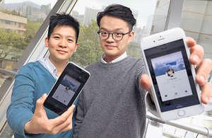 數碼初創Rabbit Studio共同創辦人郭珩(右)及謝裕衡(左)有見聊天機械人在外國流行,遂推出實驗性聊天機械人,並以日常接觸的天氣為題材。(車耀開攝)