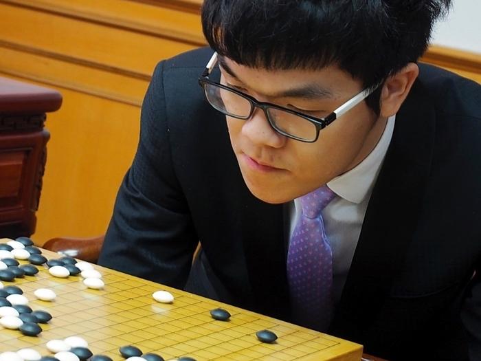 內地圍棋名將柯潔將與谷歌(Google)公司超級電腦AlphaGo展開「人機大戰」。