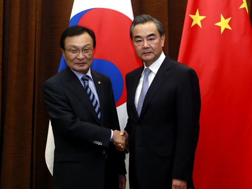 李海瓚(左)昨日抵京,與王毅(右)會面。