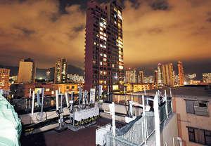 嘉登大廈樓高11層,頂層其中4個單位的住戶可使用其範圍內的天台,而涉事單位的天台內放有多枝疑似基站。(陳永康攝)