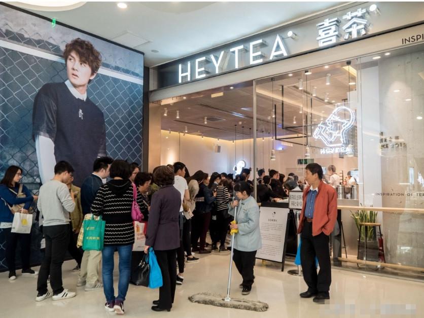 上海人民廣場喜茶店鋪外大排長龍