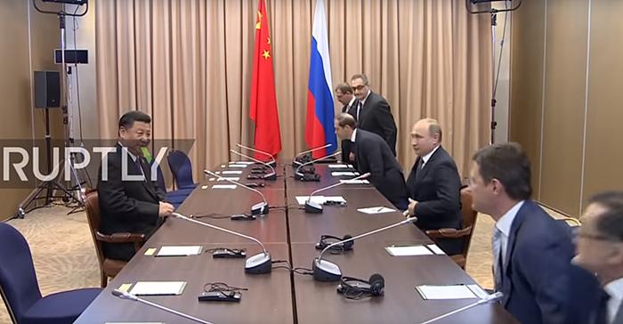 國家主席習近平日前與俄羅斯總統普京會晤時,因為中國代表團姍姍來遲,短暫出現習近平一人獨對普京團隊的罕見場面。